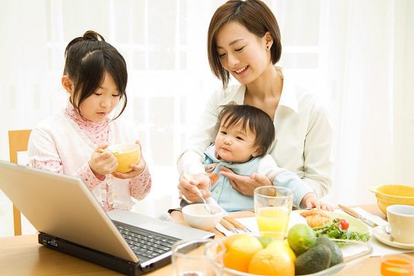 Bố mẹ không nên bỏ dỡ chuyện ăn uống của con, tập cho bé có hành vi ăn uống tốt